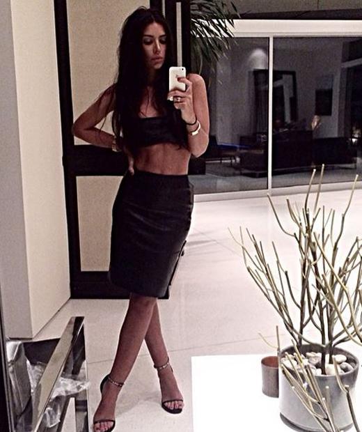Anara Atanes en tenue noire