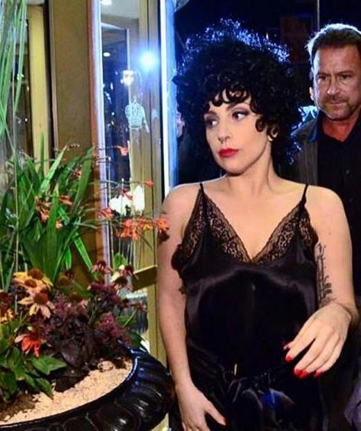 Lady Gaga en robe noire en satin et dentelle