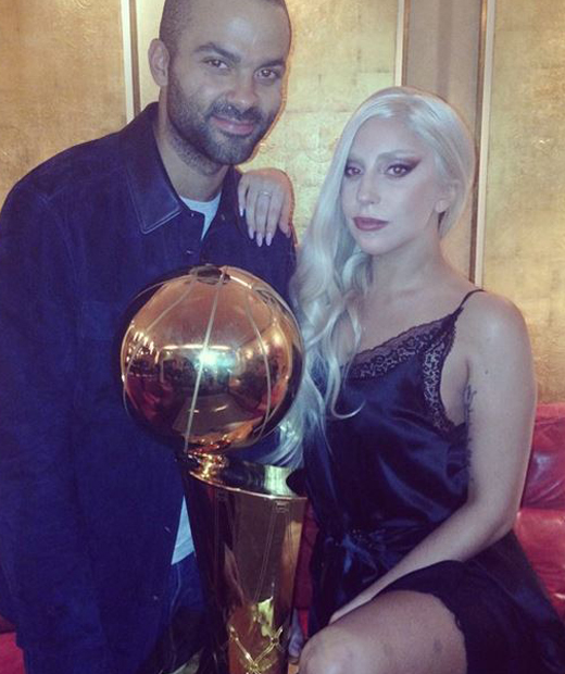 Lady Gaga accompagnée de Tony Parker