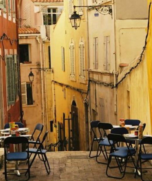 Une petite rue du quartier populaire du Panier à Marseille