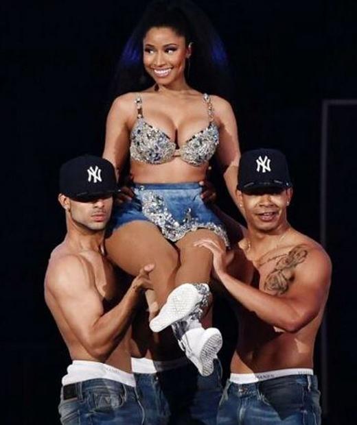 Nicki Minaj sur scène en lingerie grise