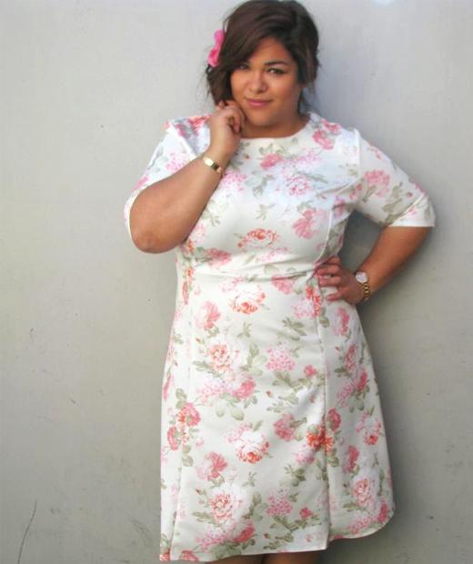 Robe fleurie portée par une beauté généreuse sur son blog mode