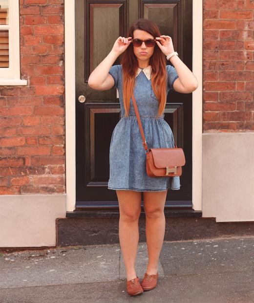 Victoria du blog mode VIPXO porte une robe en jean