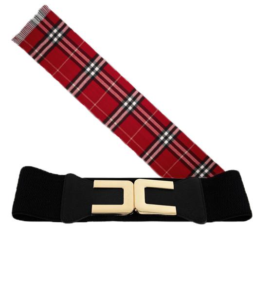 Les accessoires à associer à une tenue hivernale : une ceinture large dorée et une écharpe à tartan écossais