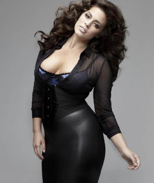 Ashley Graham mannequin grande taille porte une robe noire très moulante
