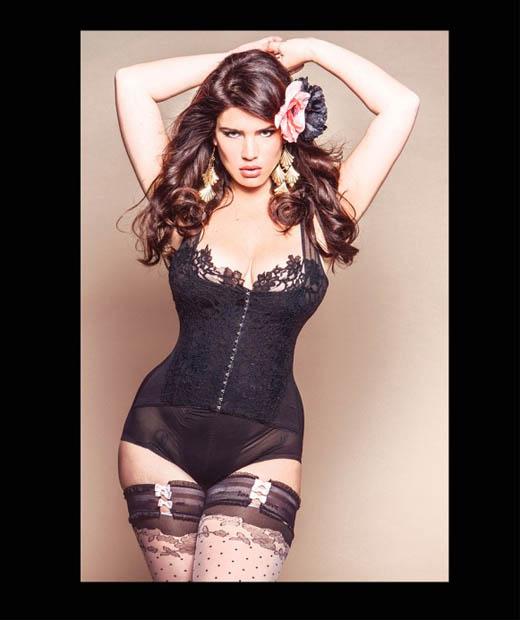 Clémentine pose en porte-jarretelles issue d'une collection de lingerie grande taille